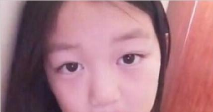 李嫣迷上自拍 妈妈王菲化妆间被曝光
