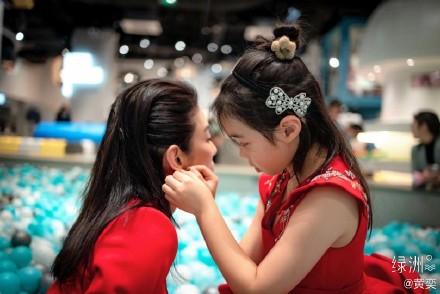 黄奕女儿8岁近照曝光 母女俩一同庆生画面温馨